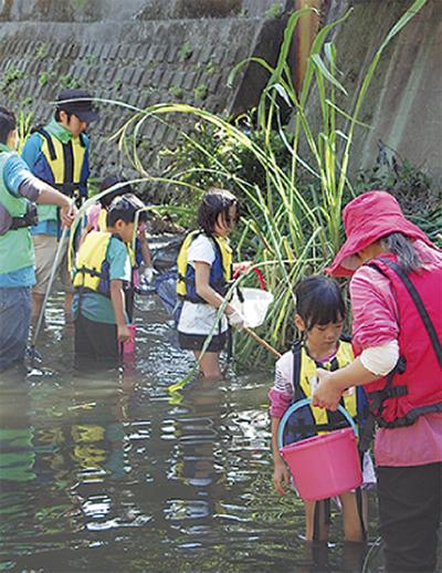 児童と地域結ぶ侍従川