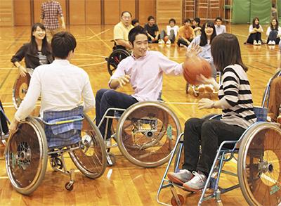 車いすバスケで福祉学ぶ