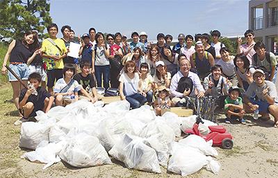 祭り後の海岸を清掃