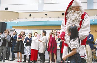サンタが今年も笑顔届ける