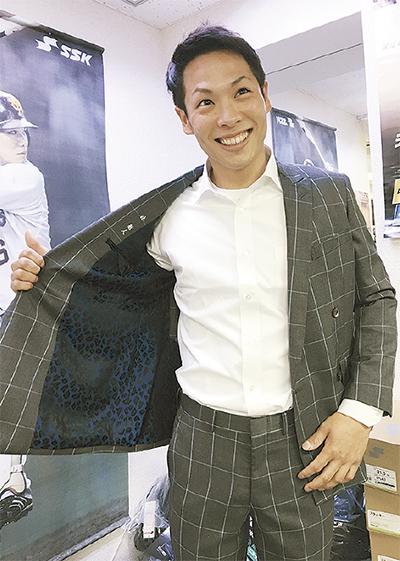 野球専門店でスーツ!?