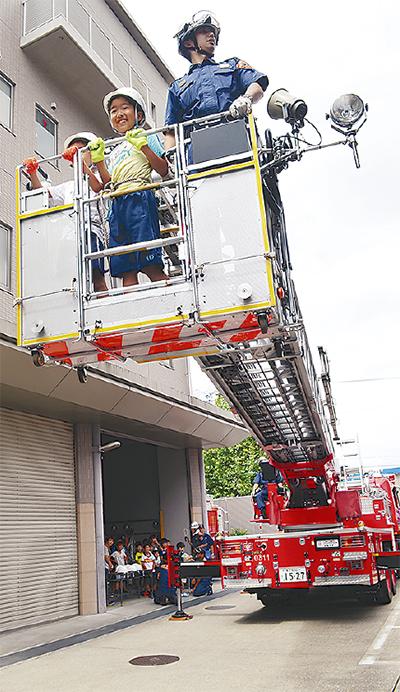 児童が消防職体験