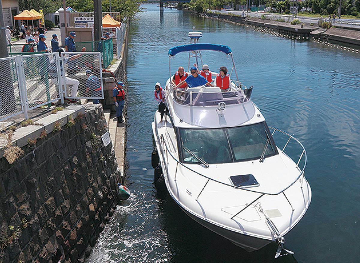 堀割川で乗船楽しむ