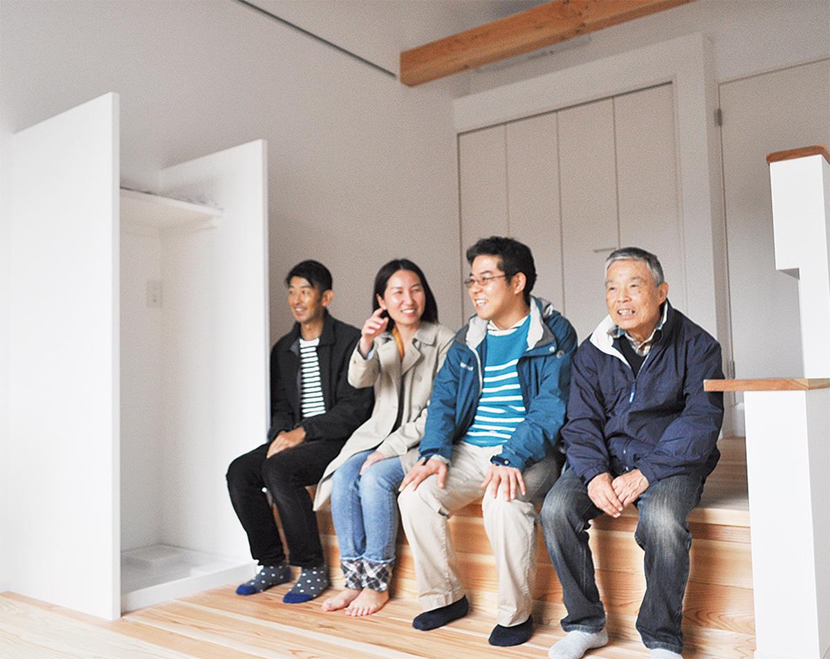 住居スペースでくつろぐ平野芳範さん、健太郎さん、建築家の干場さん、早川さん(右から)
