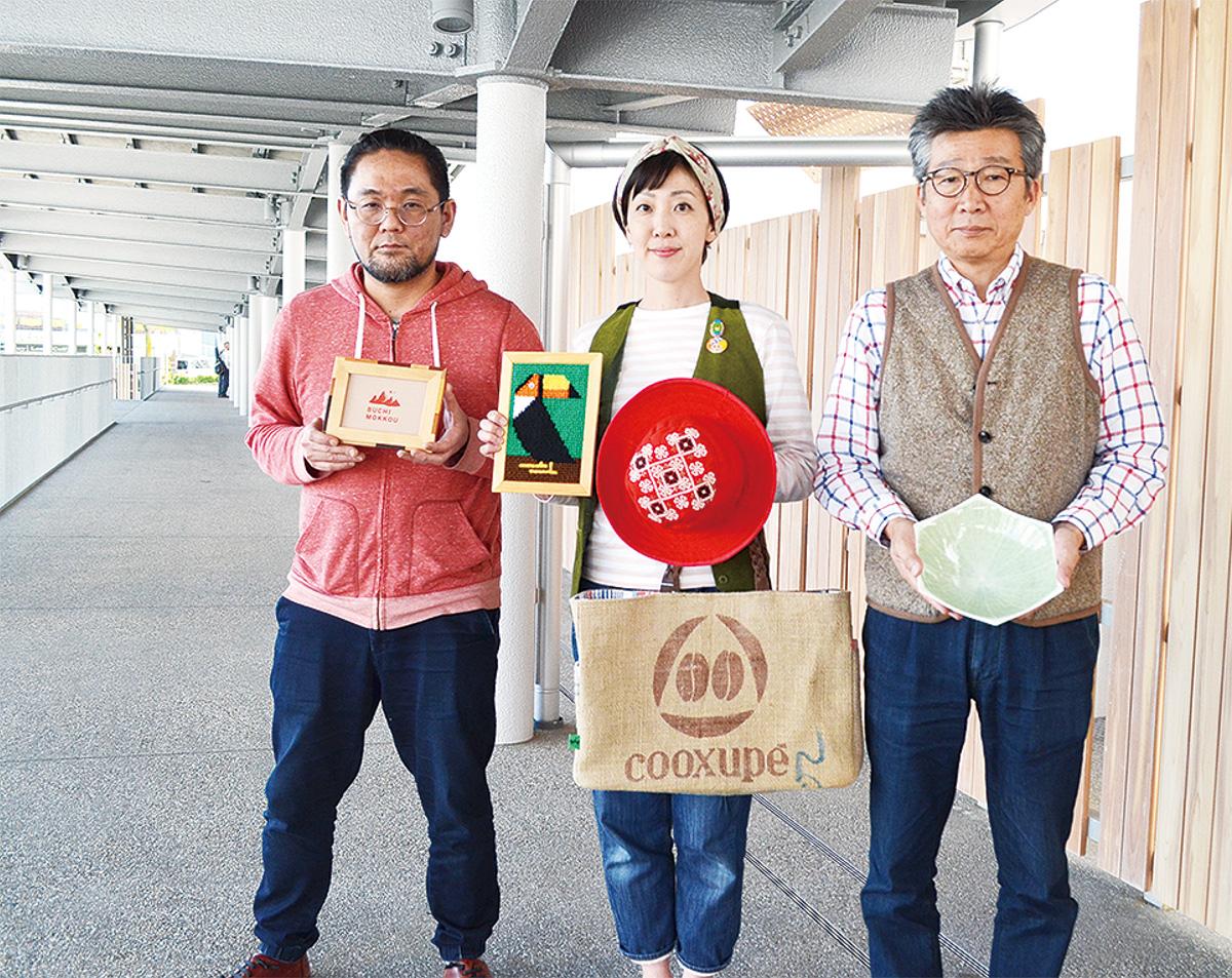 2階マルシェゾーンで商品を持つ、左から西村さん、小宮さん、佐藤さん