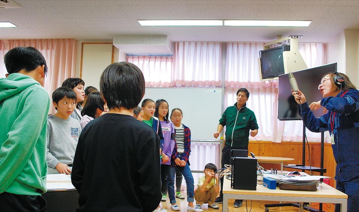 歌声を録音する児童ら