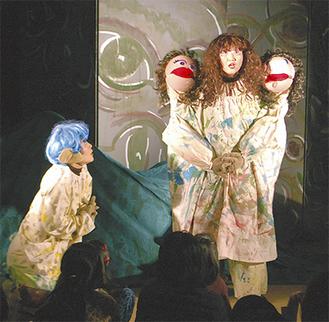 三つ首のトロル(右)に言い伝えの謎を尋ねる主人公のトロルド(公演の一場面)
