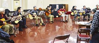 フォークギターを弾きながら熱唱する参加者たち