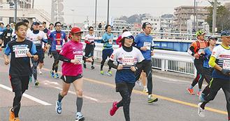 八幡橋付近を駆け抜ける市民ランナーたち