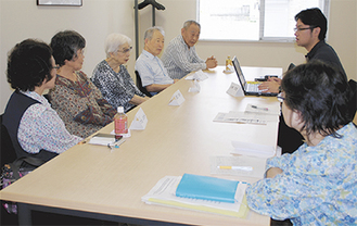 介護状況について情報交換する参加者たち