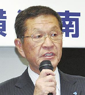 挨拶する山田会長