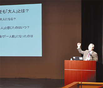 スライドを用いて講演する田中氏