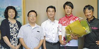 右から戸崎顧問、松永選手、小林区長、佐藤会長、中村館長