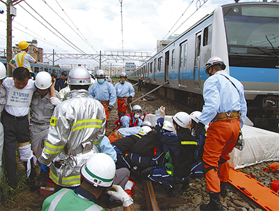 線路と車両使い、災害訓練