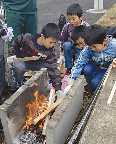 児童が初めての火起こし