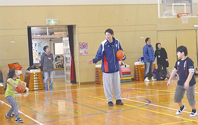 元プロ選手がバスケ指導
