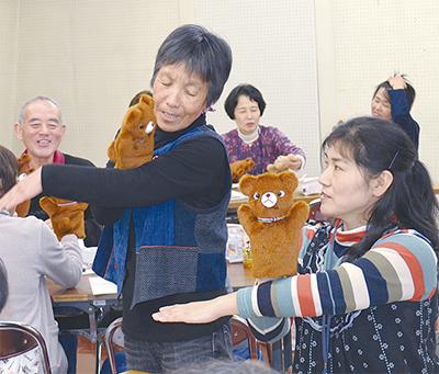 手袋人形での演技を学習
