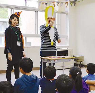 汐小で「一日英語村」授業