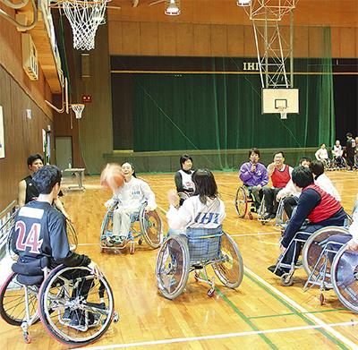 車椅子バスケ楽しむ