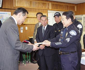 寄付金を贈呈したUSPDの永井隊長(右)