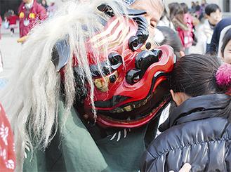 獅子舞は子どもに大人気