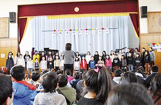 同小合唱クラブが美しい歌声を披露した