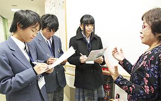 真剣に取材(左から足立君、佐藤君、武田さん)