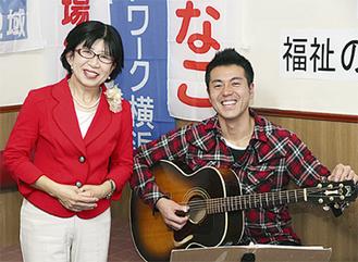 佐藤さんと並ぶ藤井代表(左)