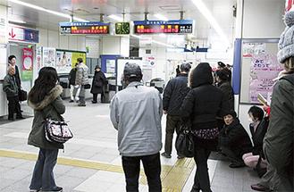 地下鉄の運転見合わせで状況を確認する利用者(上永谷駅で)