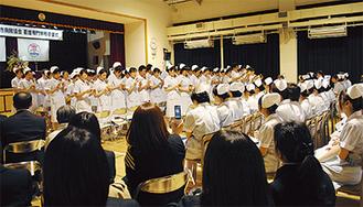 保護者や在校生に向かって歌う卒業生
