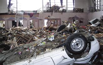 津波で建物内に侵入した車(写真は本紙が独自に入手したものです)