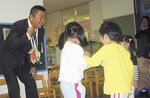 園児が手製のメダルを贈った