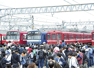 大好きな電車を間近で見られるとあって人気(写真は昨年の様子)