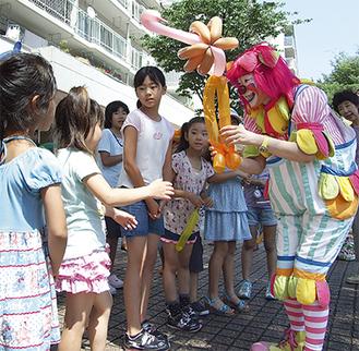 風船を使ったパフォーマンスに大喜びの子ども達
