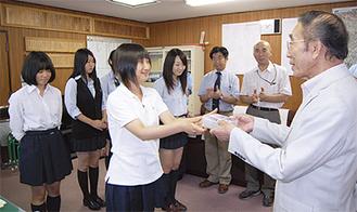 生徒からCDを受け取る高森会長