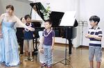 誕生日の子どもには生演奏と歌のプレゼント