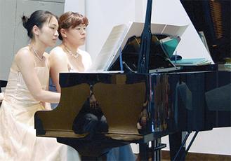 本格的なピアノ連弾による演奏