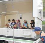 ほぼ全校児童が起震車を体験(日野小)