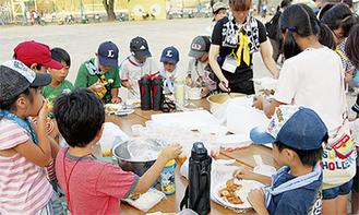 児童も調理を手伝ったカレーライスの夕食(南台小)