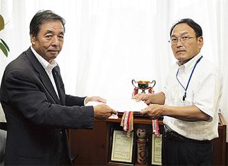 要望書を手渡す小俣支部長(左)