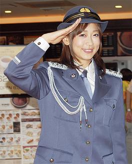 敬礼のポーズをとる松尾さん