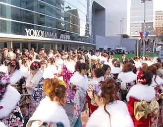 華やかな晴れ着が集う横浜アリーナ周辺(昨年)