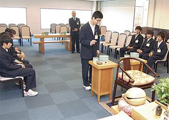 焼香の作法を学ぶ生徒