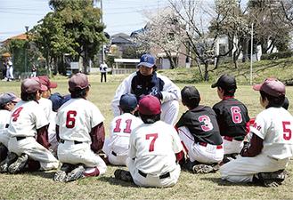 鈴木さんの話を真剣に聞く子ども達