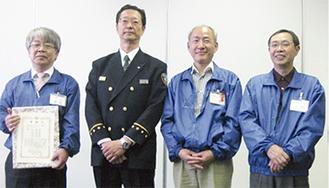表彰を受けた舟山館長(左)と小野さん(中央右)、田村さん(右)
