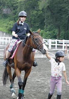 横浜市馬術協会の協力で乗馬を体験