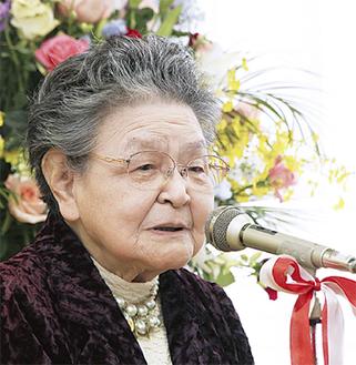 記念祝賀会であいさつする永田園長