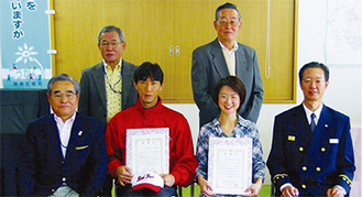 表彰を受けた清水さん(右から2人目)と小黒さん(右から3人目)