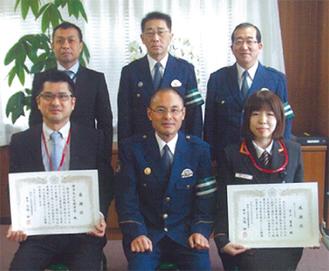 表彰を受けた菊池局長(前列左端)と宇山さん(前列右端)
