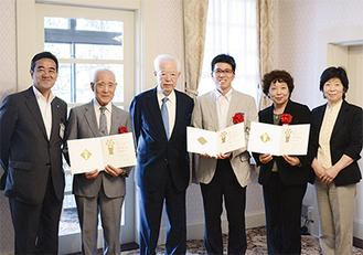 賞状を手にする馬場久雄会長(左から2人目)と支援賞受賞者